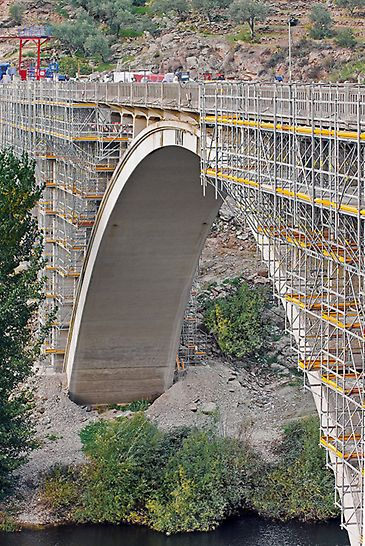 Bridge renovation Ponte Rio Tua, Vila Real, Portugal - Through the optimal adjustment of the modular scaffolding system to the complicated bridge geometry, scaffold assembly as well as the renovation work could be accelerated.