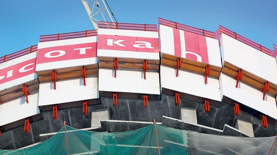 ISET Tower, Jekaterinburg, Russland - An der Gebäudeaußenkante sorgt die RCS Kletterschutzwand für eine umgehende Einhausung und damit sicheres Arbeiten des Baustellenteams.