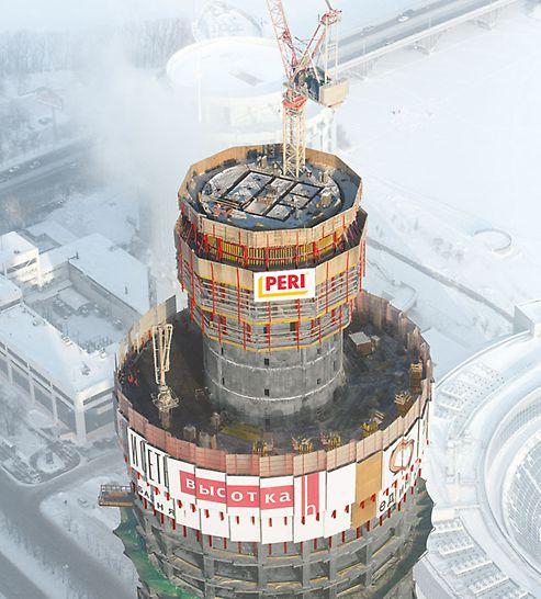 ISET Tower, Jekaterinburg, Russland - Mittig im Gebäudekern sind die Fahrstuhlschächte angeordnet. Aufgrund der engen Abmessungen wird für diese Wände die selbstkletternde Schachtschalung ACS S eingesetzt.