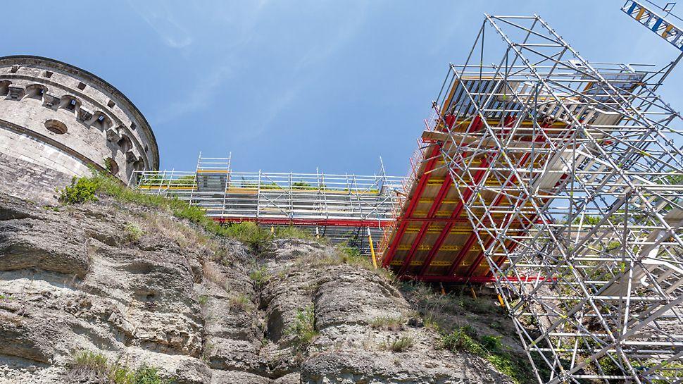 Treppenturm, Plattform und Arbeitsgerüst an der Festung Marienberg