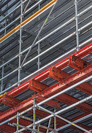 Aufgebautes Gerüst PERI UP Rosett Flex mit VARIOKIT an der Fassade des Hochofens 9 von ThyssenKrupp Steel Europe in Duisburg