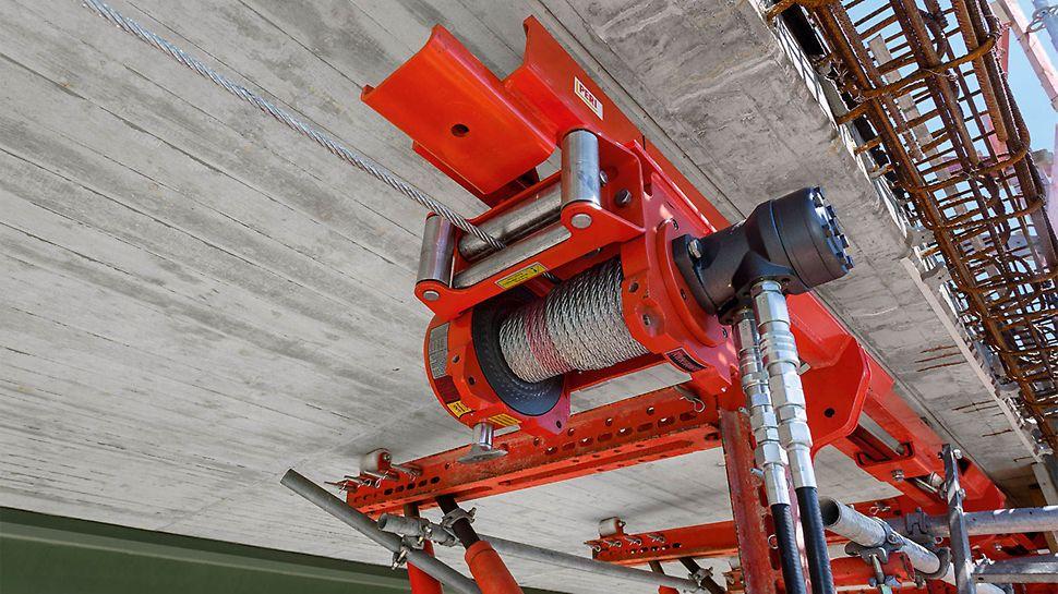 Nach dem Ausschalen und ohne zusätzliche Arbeiten an Bühne oder Aufhängung kann die Gesimskappenbahn als komplette Einheit per integrierter Seilwinde zum nächsten Abschnitt verfahren werden.