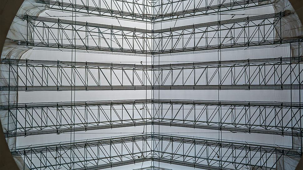 For realizing the enormous span of 36.50 m, the LGS Weather Protection Roof was securely braced.