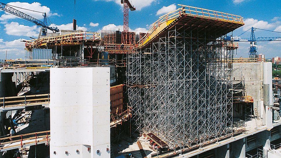 Bundeskanzleramt Berlin, Deutschland - Der PD 8 Lastturm mit hoher Standsicherheit ist für große Höhen und schwere Auflasten ausgelegt.