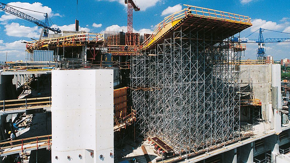 Federal Chancellery Berlin - The PD 8 shoring tower with a high level of stability has been designed for great heights and heavy loads.