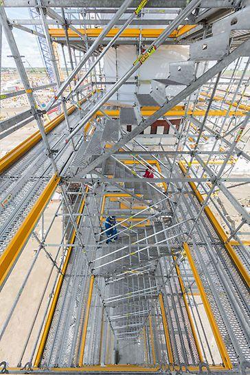 Scările pentru acces integrate cu lățimi până la 1.25 m permit acces comod și rapid pe toate nivelele schelei.
