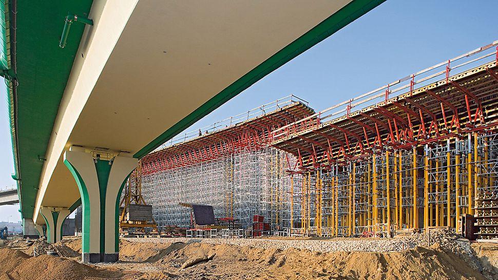 Prometni čvor trase Siekierkowska, Varšava, Poljska - za oplatu gornje konstrukcije te konstrukcije nosive skele od MULTIPROP sistema i ST 100 složivog tornja primjenjuju se isključivo sistemske komponente.