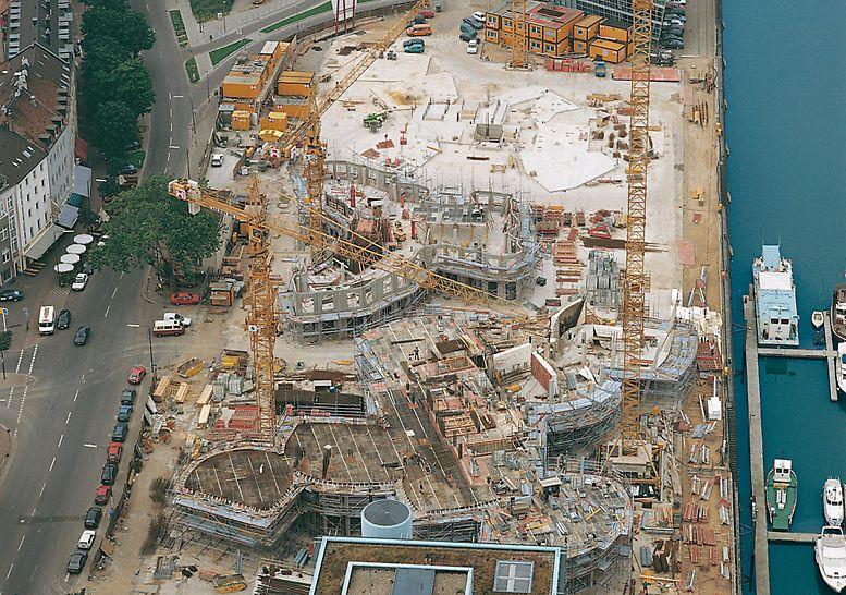 Der Neue Zollhof, Diseldorf, Nemačka - Tri spektakularne zgrade novog kompleksa u Diseldorfu u različitim fazama gradnje.