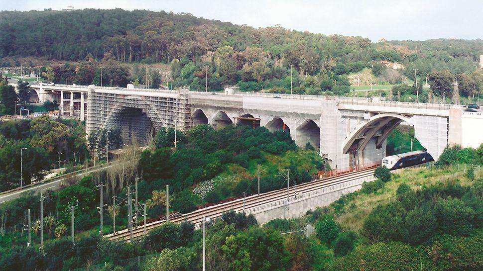 Viaduto Duarte Pacheco - O viaduto, com arcos de diferentes tamanhos, suporta 7 vias rodoviárias e uma via ferroviária. A colocação por seccções do sistema de andaimes PERI UP Rosett permite um fluxo ineterrupto de tráfego durante todo o tempo da a obra