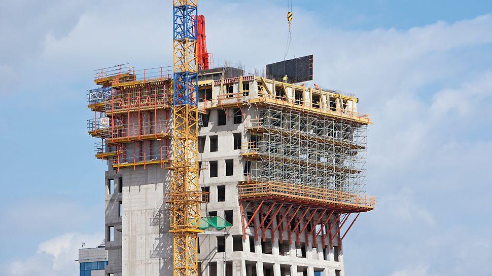 AZ Tower, Brno: Podpěrné lešení PERI UP založené na lávkách VARIOKIT u východní fasády až do výšky jejího druhého zlomu.