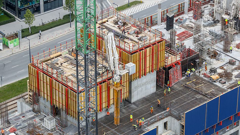 System ACS z wyprzedzeniem – wspinanie przy użyciu hydrauliki oraz pełne bezpieczeństwo podczas wykonywania robót.