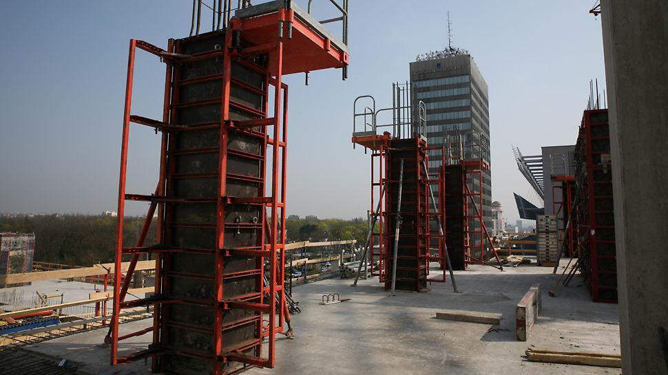 Kancelářská budova Crystal, Praha Bednění sloupů QUATTRO umožňuje přišroubováním překližky ze zadní strany docílení velmi kvalitního povrchu betonu.