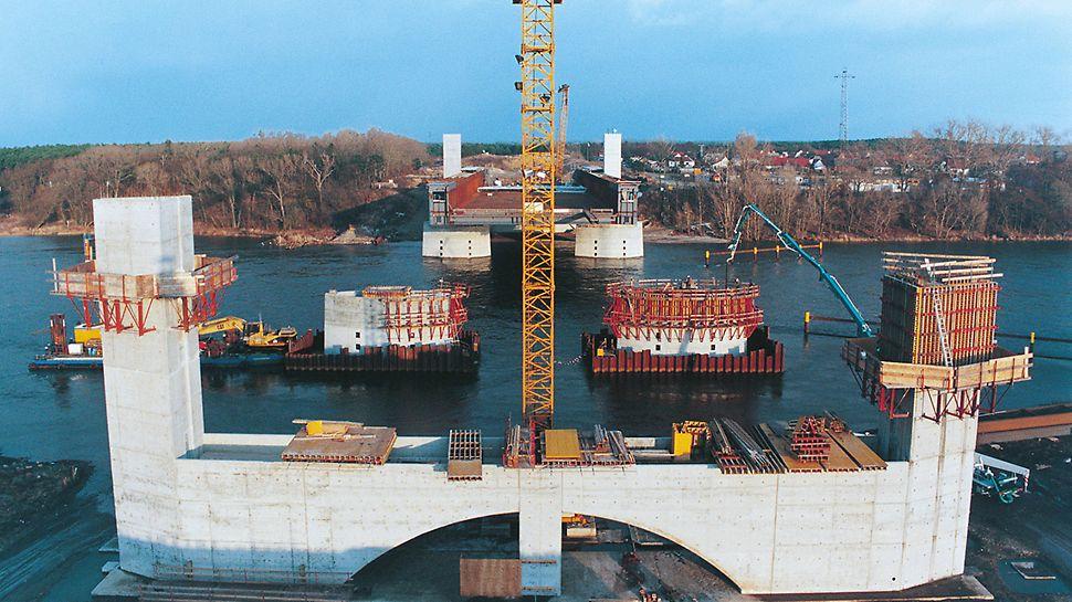 Most na průplavy přes Labe: Opěry tak zvaného proudového mostu byly vytvořeny s pomocí systémů stěnových bednění VARIO GT 24 a TRIO, šplhavého systému KG a systému MULTIPROP.