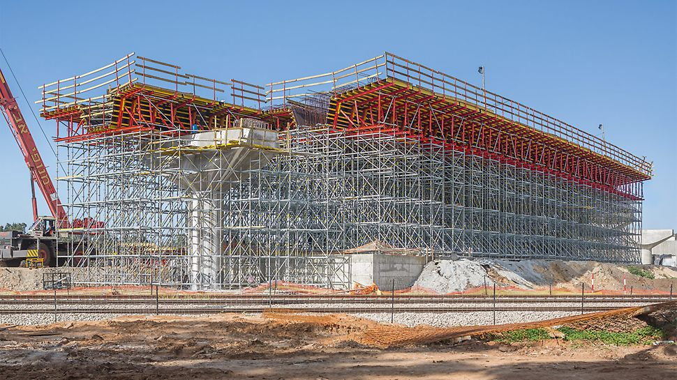 The expert engineers of PERI Israel ideally matched the superstructure formwork and the shoring for the crossing of a highway over a railroad line.