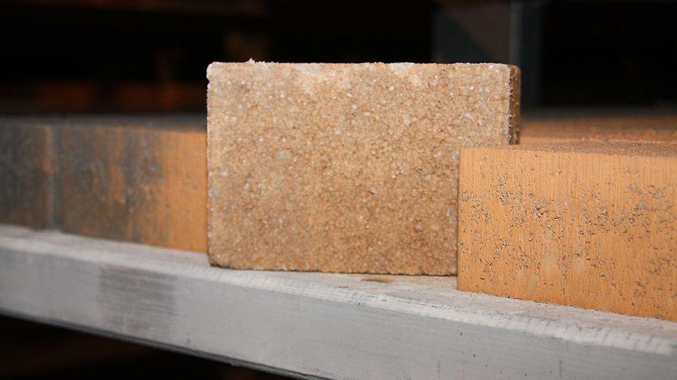 Saubere Steinoberfläche durch die geschlossene Kunststoffbeschichtung der PERI Pave Betonsteinplatte.