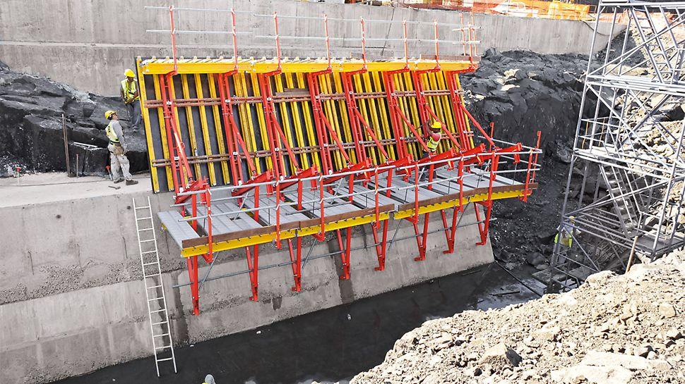 SCS ist flexibel und sicher in der Anwendung. Die Bühnen lassen sich auch bei geneigtem Einsatz waagerecht ausrichten. Für hohe Arbeitssicherheit sorgen darüber hinaus 1,50 m hohe Geländer an den Arbeitsbühnen.