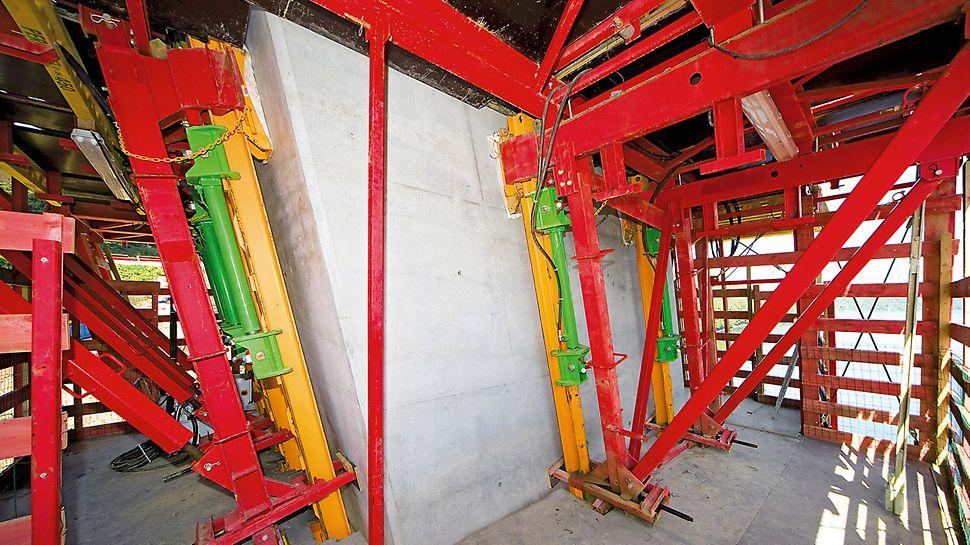 Most Térénez: Protože měly dříky pilíře různý sklon, byla použita plynule nastavitelná varianta ACS V. Všechny betonářské, pracovní i následné lávky byly neustále vyrovnávány do vodorovné polohy, aby byla na nich vykonávaná práce bezpečná a pohodlná. Díky horizontálně nastavitelnému pojezdovému vozíku, mohlo být bednění snadno a spolehlivě odsouváno a opět přisazováno.