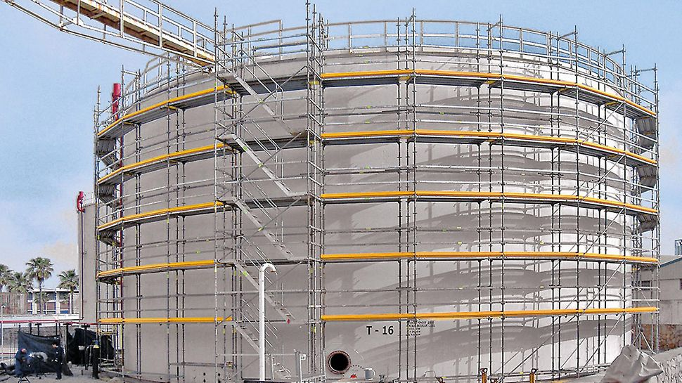 Circular structures can also be easily scaffolded with PERI UP Flex.