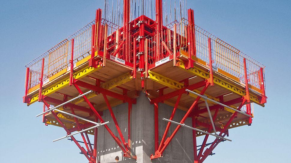 Utilisation du coffrage grimpant CB 240 avec le coffrage de voiles TRIO en présence d'une structure de tour de 27 m de haut. Le plateau pour cages BR soutient le coffrage intérieur de la cage.
