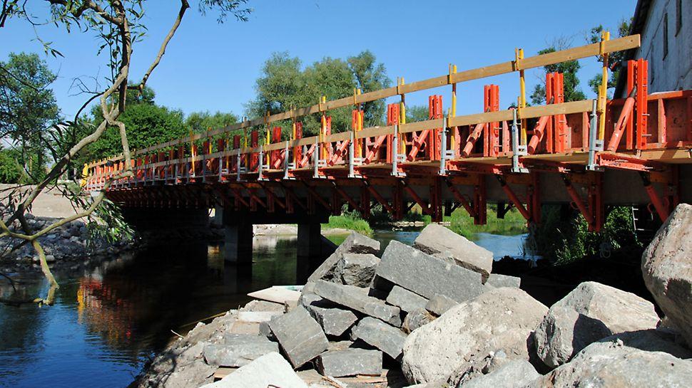 Holløse Møllebro - VARIOKIT konstruktionsmoduler brugt til arbejdsdæk og til fastholdelse af form til kantforskallingen.