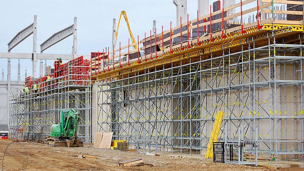 Papierfabrik Palm, King's Lynn, Großbritannien - PERI UP Rosett diente als Traggerüst für die auskragende Ortbetondecke und als Arbeitsplattform zum Stellen der TRIO Außenschalung.