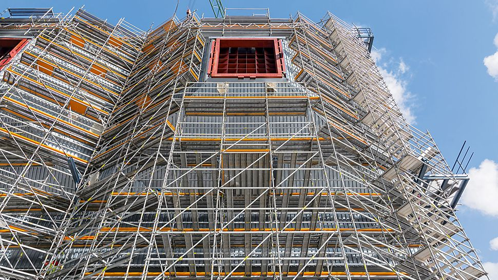 Eemshaven Power Plant, Netherlands - Also for the assembly and insulation of the 8 funnel-shaped inlet ducts, the PERI scaffold construction provides ideal working conditions.