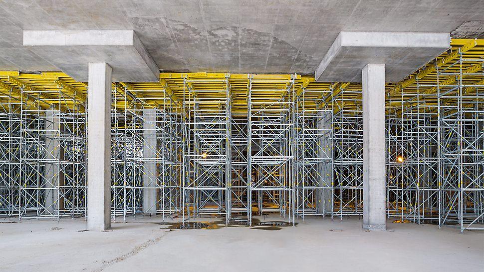 PERI UP Traggerüsttürme unterstützten die MULTIFLEX Träger-Deckenschalung, um die Ortbetondecke in knapp 8 m Höhe effizient herstellen zu können.