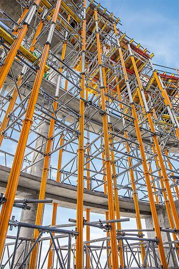 Bis zu 16 m hohe MULTIPROP Lasttürme bilden das formgebende Tragsystem für den Stahlbeton- Randträger.