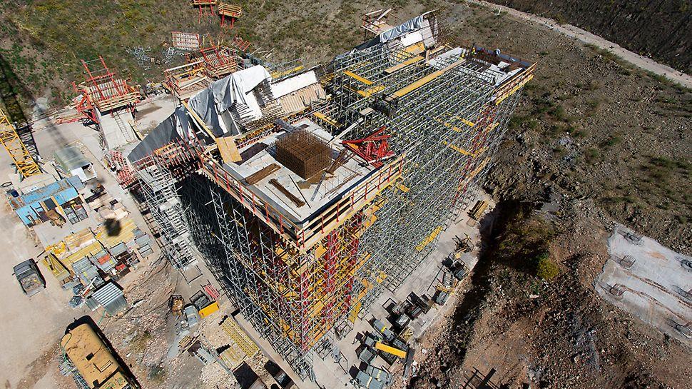 Die beiden VARIOKIT Schwerlasttürme tragen insgesamt 2.400 t Last ab, zudem müssen bei der Planung aufgrund der langen Standzeit hohe Erdbeben- und Horizontallasten berücksichtigt werden.
