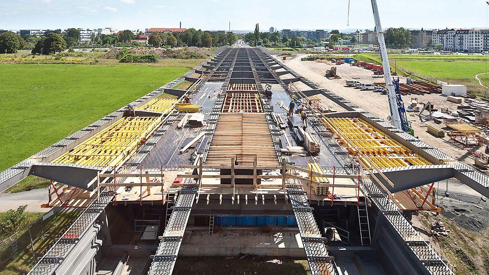 Most Waldschlösschen, Drážďany: Navzdory změnám tvaru vrchní stavby byly nasazeny pouze dvě různé příhradové soupravy, což následně vyústilo do velkého stupně využitelnosti materiálu. Pro uložení pláště bednění na podpěrnou konstrukci VARIOKIT sloužily příhradové nosníky GT 24.