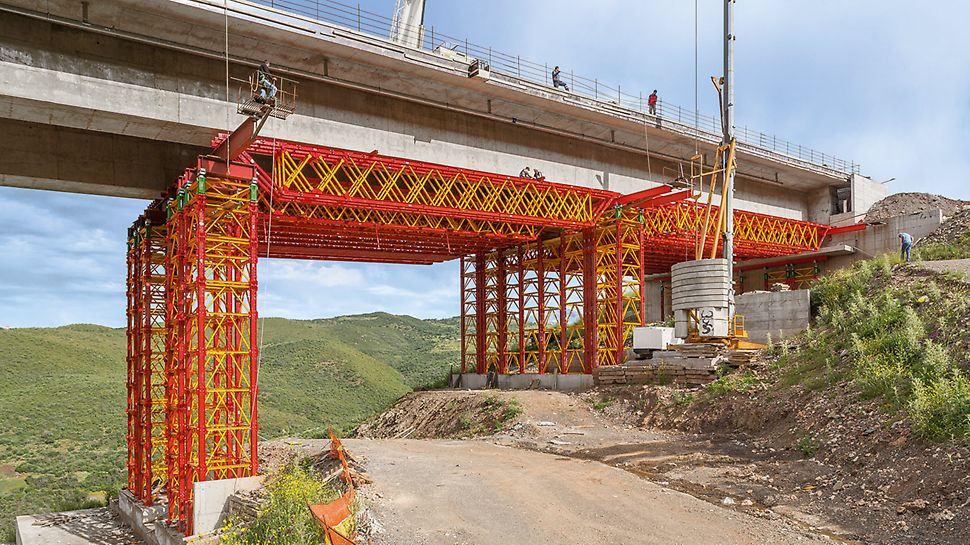VARIOKIT Heavy-Duty Shoring Towers and Truss Girders serve as load-bearing falsework for the edge sections of a 412 m long motorway bridge.