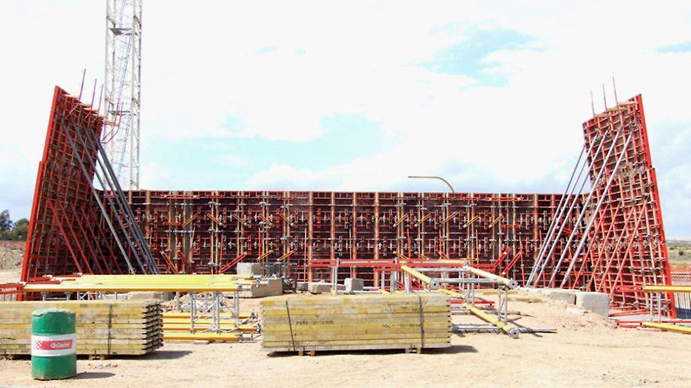 Progetti PERI - Ponte strallato, Cagliari - Le spalle del ponte sono state casserate con il sistema TRIO, le pareti curve con il sistema RUNDFLEX. I due sistemi sono stati collegati tra loro con l'ausilio della morsa BDF