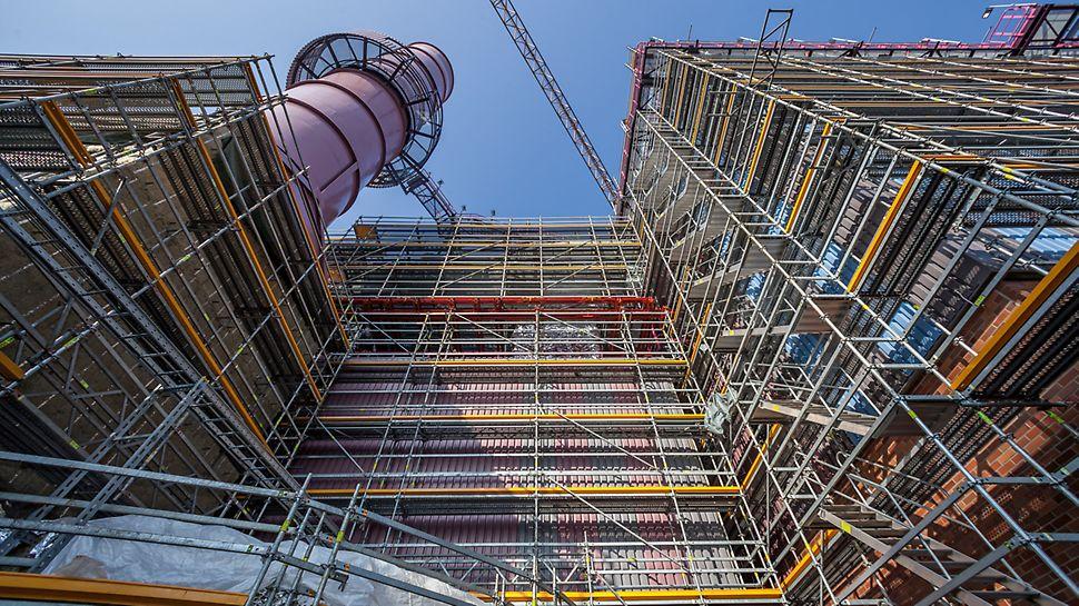 Aufgebautes PERI UP Rosett Flex Gerüstsystem an der Fassade des Hochofens 9 von ThyssenKrupp Steel Europe in Duisburg, aus der Froschperspektive aufgenommen.