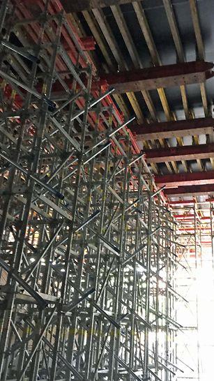 Madkulturhuset: Special designede PERI UP understøtningstårne med udkragede HDT bjælker