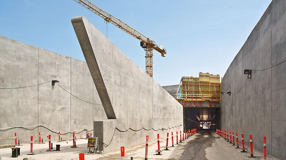 Tunel Nordhavnsvej: Portál tunelu se svým specifickým tvarem. Protály byly vytvořeny pomocí na míru vytvořeného stěnového nosníkového bednění VARIO GT 24,se speciálními délkami dřevěných příhradových nosníků GT 24.