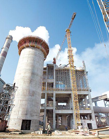 Zementwerk Ivano-Frankowsk, Ukraine - Mithilfe der Kletterkonsolen CB 240 außen und CB 160 innen und der VARIO Träger-Wandschalung wird das 43 Meter hohe Silo im 4-Tage-Takt geschalt.
