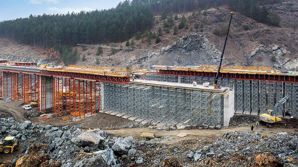 Dálniční mosty Brdjani, Čačak, Srbsko: Zhotovení železobetonových pilířů bylo prováděno s pomocí šplhavých sestav se systémů CB a VARIO. Bednění mostovky bylo uloženo na podpěrných věžích PERI UP a vysokopevnostních věžích VARIOKIT.