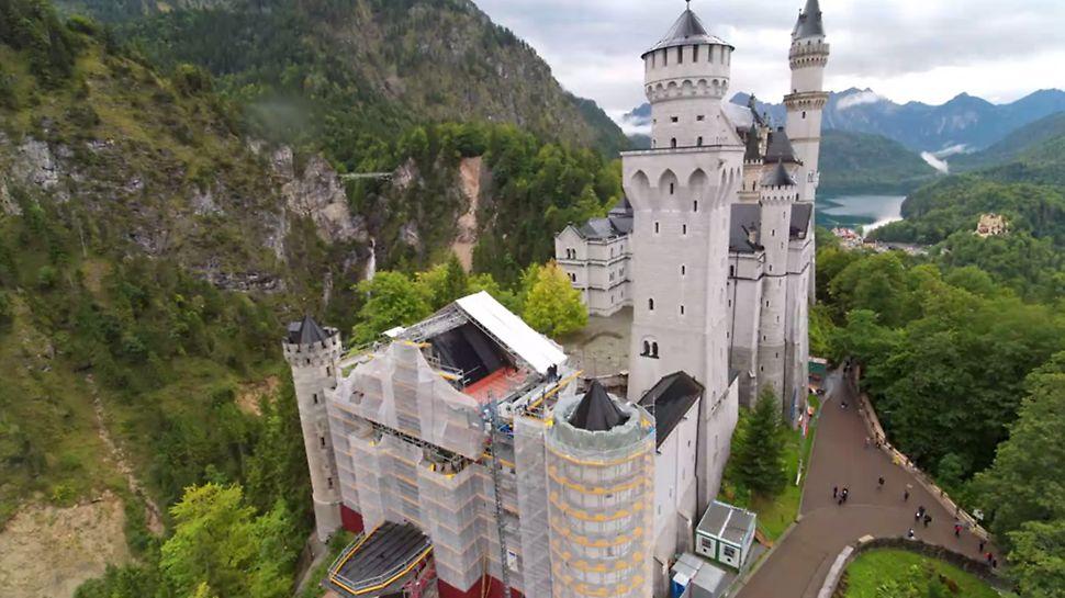 Im Rahmen der kontinuierlichen Sanierungsmaßnahmen wurde der östliche Torbau komplett eingerüstet, ein temporäres Wetterschutzdach überspannt den Zugang zum Schloss.