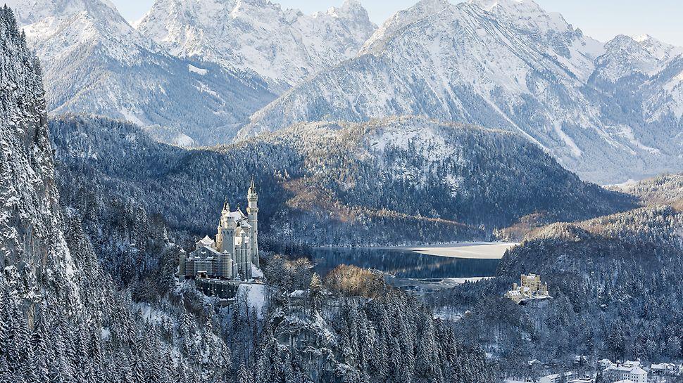 Zámek Neuschwanstein: Výjimečná poloha a celoroční návštěvnost vyžadovaly kompletní montáž lešení ručně, bez výsuvných plošin a pomoci jeřábu.