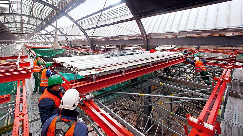Arbeiter rangieren die Plattform von einem Gleisabschnitt zum nächsten.