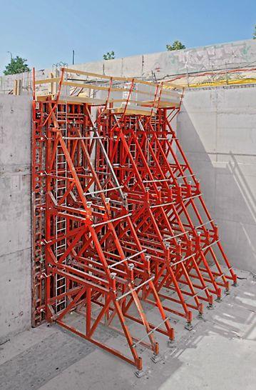 Kozły SB-A0, -A, -B, -C użyte do betonowania ścian w deskowaniu jednostronnym do wysokości 8,75 m z użyciem deskowania TRIO.