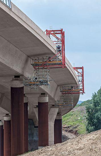 Mithilfe der beiden fahrbaren Hängegerüste konnten innerhalb von nur 9 Wochen erst die Süd- und dann die Nordseite des Brückenüberbaus, insgesamt also 1.300 m Kragarmlänge sowie die Auflagerbereiche bearbeitet werden.
