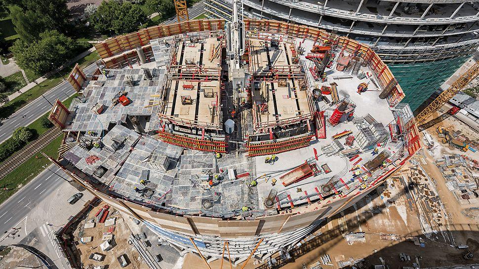 Optymalnie dopasowane rozwiązanie PERI w zakresie samoczynnie wspinających się deskowań pozwala betonować trzon budynku w cyklu tygodniowym. Osłony zabezpieczające RCS na obrysie konstrukcji żelbetowej zapewniają bezpieczeństwo podczas wykonywania robót na każdej wysokości i w każdych warunkach atmosferycznych.