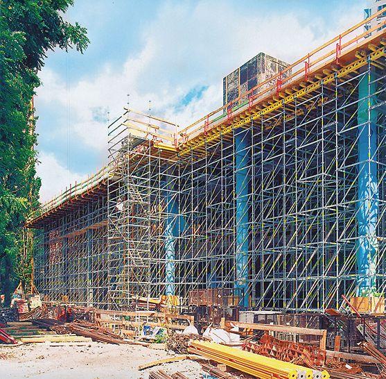 14 meter høj PERI UP sammenkoblet stillads som bærende underkonstruktion for MULTIFLEX drager-dækforskalling.