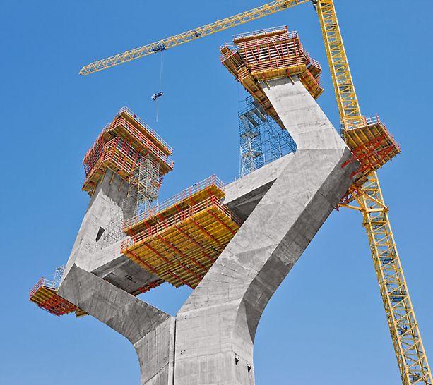 Most nad zátokou v Cádizu: Stěnové nosníkové bednění VARIO GT 24 šplhalo směrem vzhůru na samošplhavých konzolách ACS R. Běžně pronajímané systémy PERI byly dalekosáhle použity i u pracovních plošin a pro přístupy.