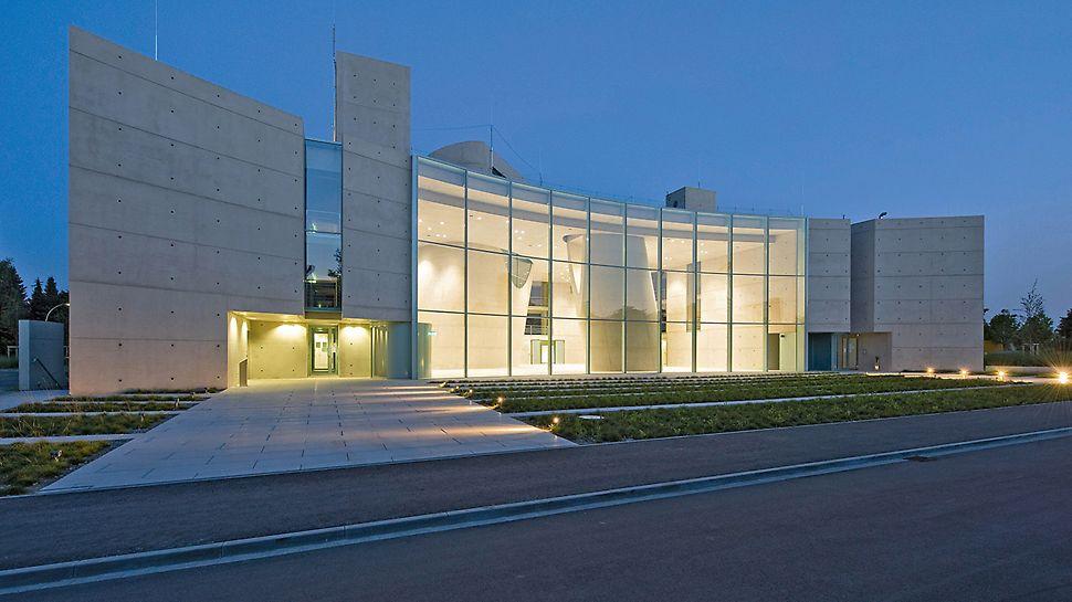 Satellitenkontrollzentrum Galileo, Oberpfaffenhofen, Deutschland - Perfekte Betonoberflächen an einem außergewöhnlichen Gebäude.