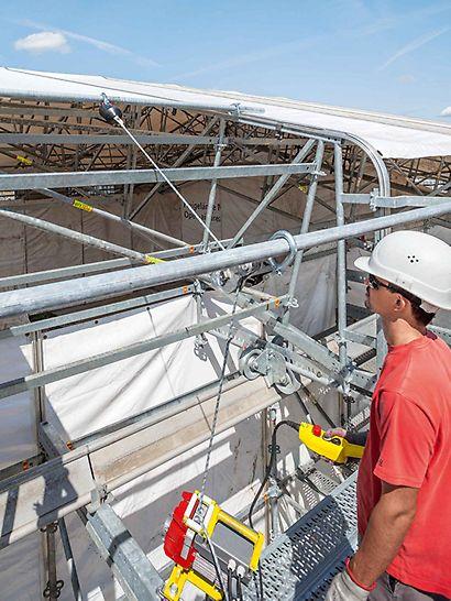 A ponyva opcionálisan elektromos behúzóval is zárható. Egy cső segíti a kédersín behúzását.