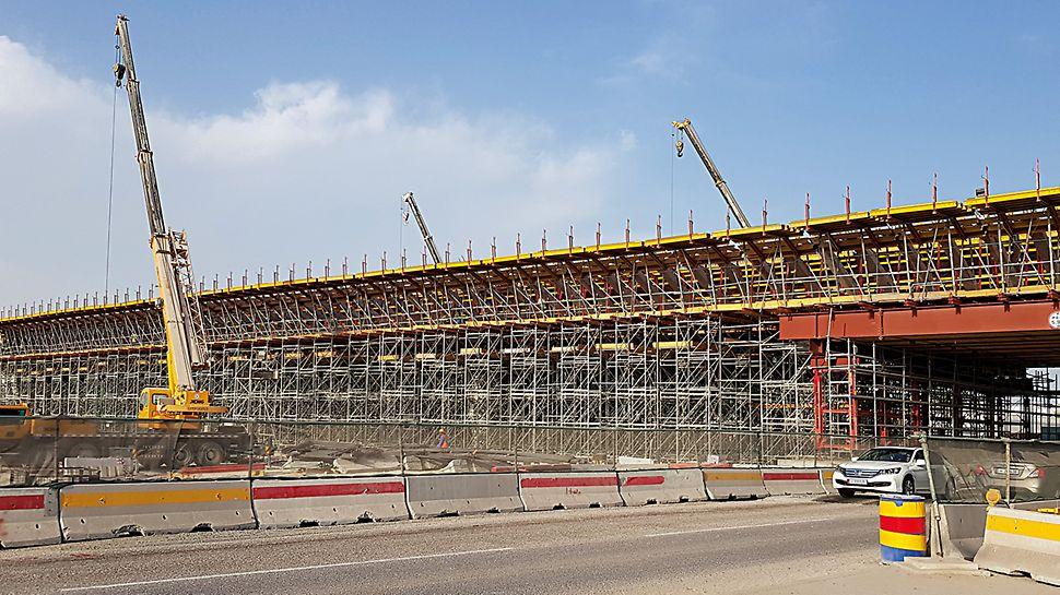 Soluția sistemului PERI a fost adaptată pentru a ține cont de circumstanțele specifice la fața locului, deoarece una dintre marile provocări ale proiectului a fost realizarea lucrărilor de construcție fără a provoca perturbări majore în trafic.