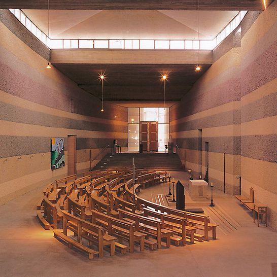 Katolické církevní centrum: Barevných efektů jednotlivých vrstev betonu bylo dosaženo použitím různých přiměsí.