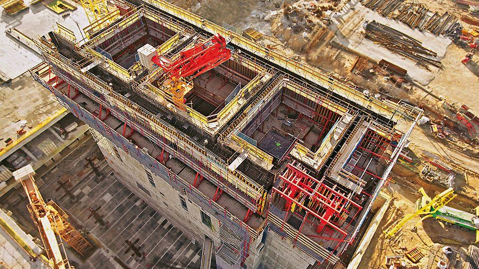 Cuatro Torres Business Area, Madrid, España - Para el núcleo de la Torre de Cristal de 249 m de altura, la combinación de las tres versiones del sistema de autotrepa PERI ACS, proporcionó un funcionamiento eficiente.